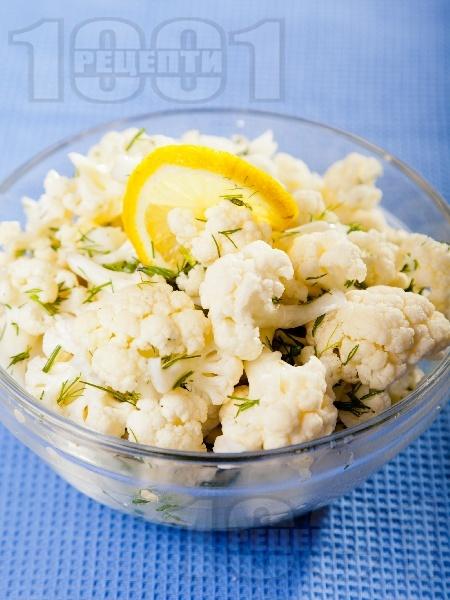 Свежа салата с пресен суров карфиол, копър, олио и оцет - снимка на рецептата